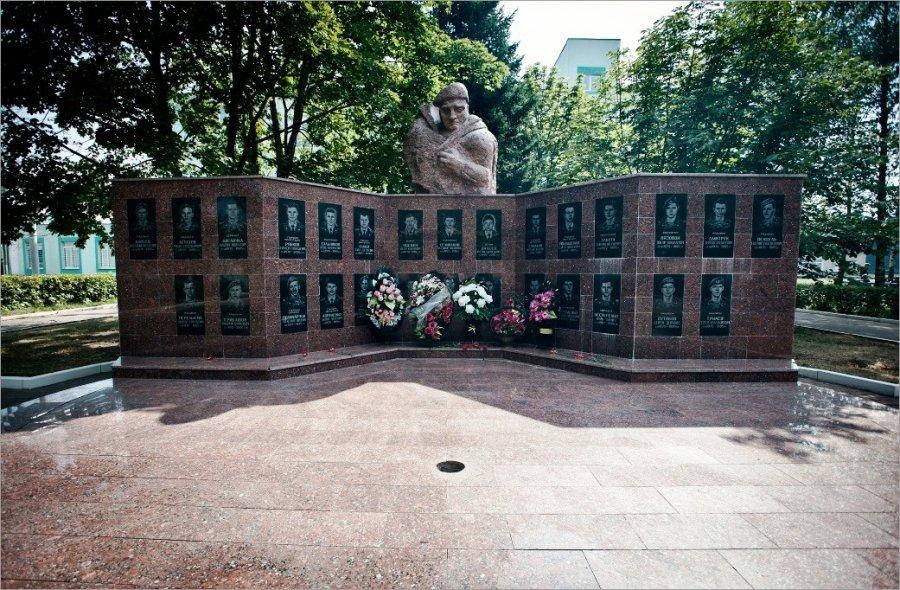 Мемориал погибшим при исполнении из 45-го полка