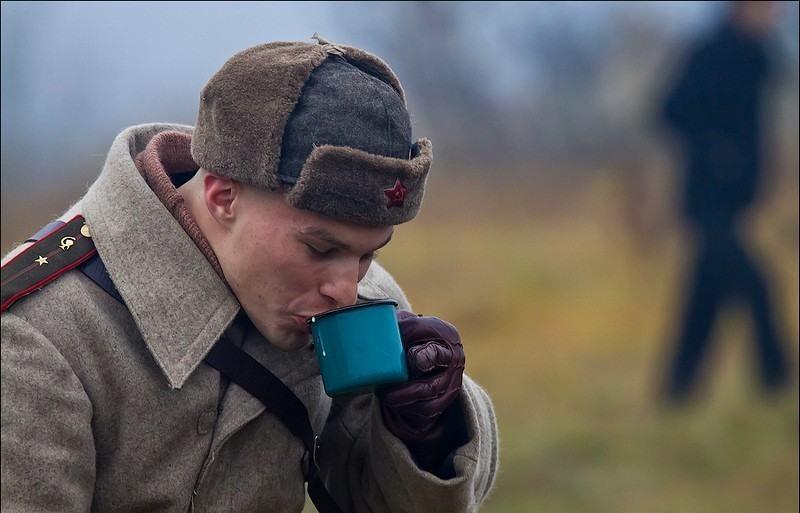 Солдат пьет чай