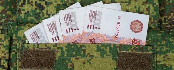 Деньги в кармане военной формы