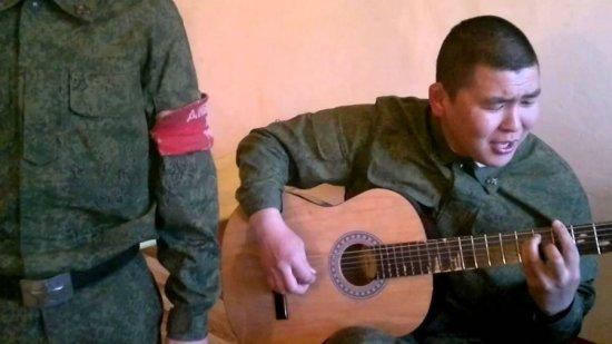 Солдат играет на гитаре