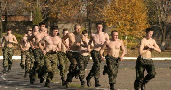 Солдаты занимаются бегом