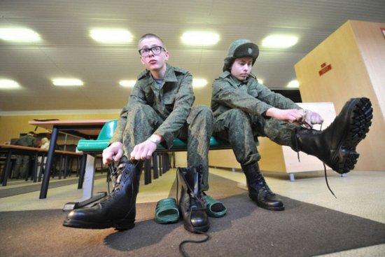 Солдаты надевают обувь