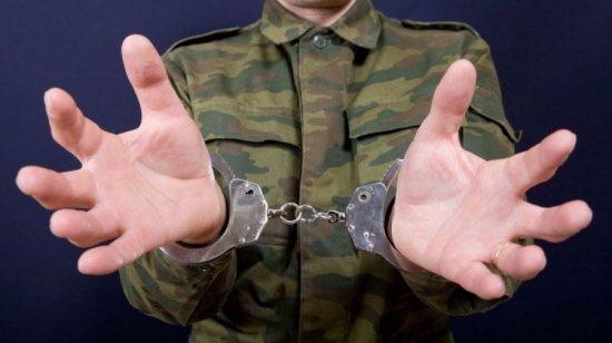 Военнослужащий в наручниках