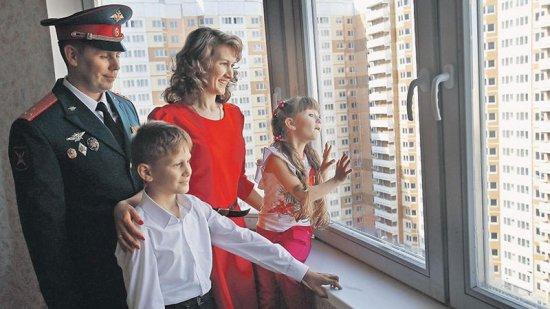 Военнослужащий с семьей в новой квартире