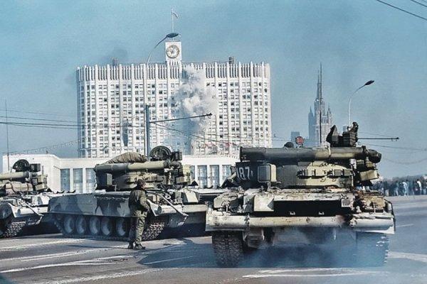 Танки Кантемировской дивизии расстреливают Верховный Совет РФ