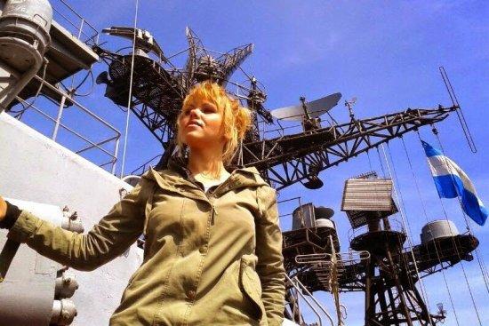 Девушка на фоне военного корабля