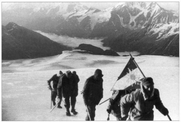 Горные егеря на пути к вершине Эльбруса