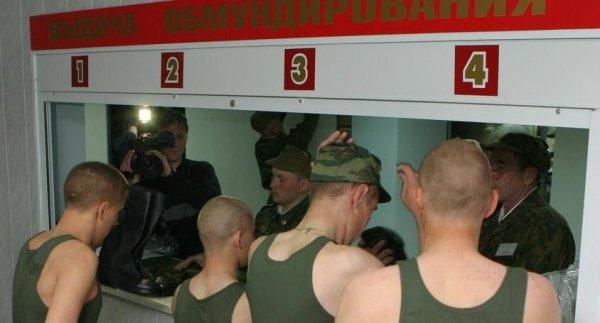 Выдача обмундирования солдатам