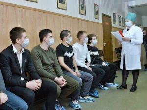 Призывники в масках в военкомате