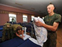 Солдаты заправляют кровати