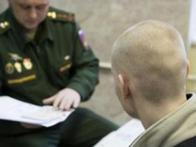 Молодой человек в военкомате